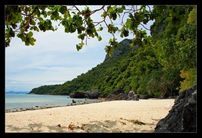 Verlaten strand in Ang Thong...