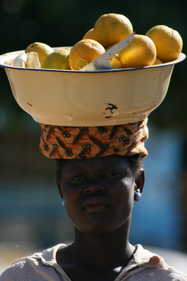 Sinaasappel verkoopster in Mozambique