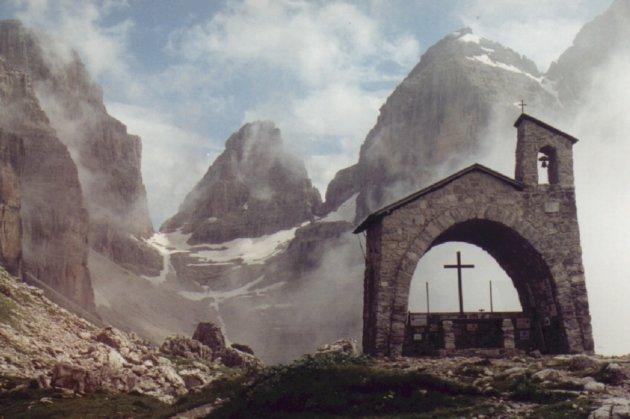 Kapel in de wolken