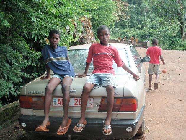 Kinderen op een auto