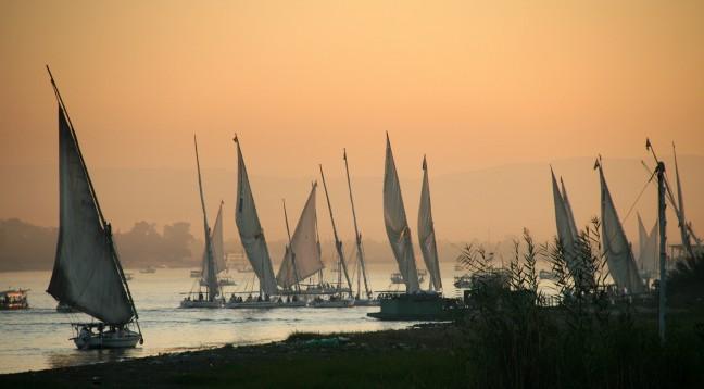 Felucca's op de Nijl bij zonsondergang