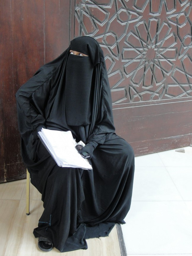 Bij de ingang van de Al Fatehmoskee