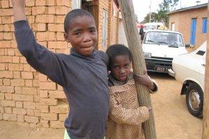Kinderen bij een schooltje in Tana!