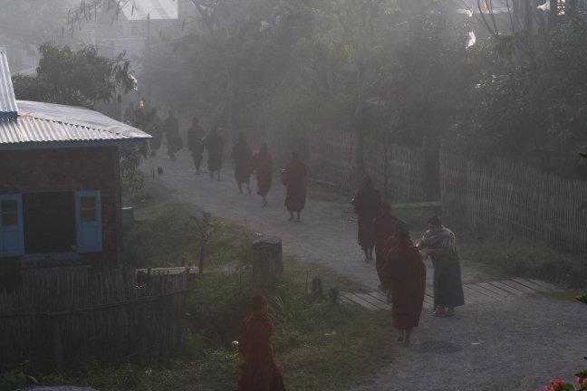Bedelende monikken in Inle Lake
