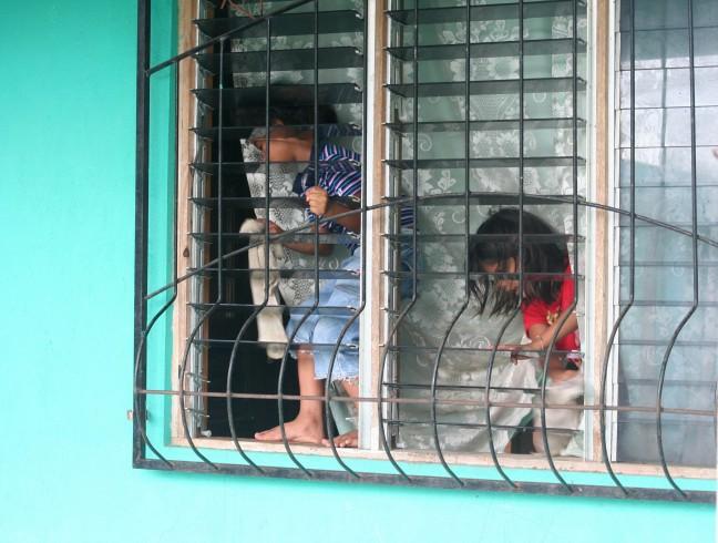 Kinderen poetsen het raam