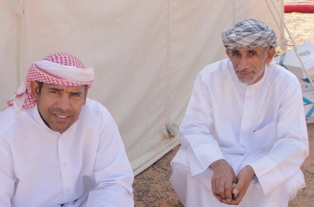 Vriendelijke mannen in de woestijn