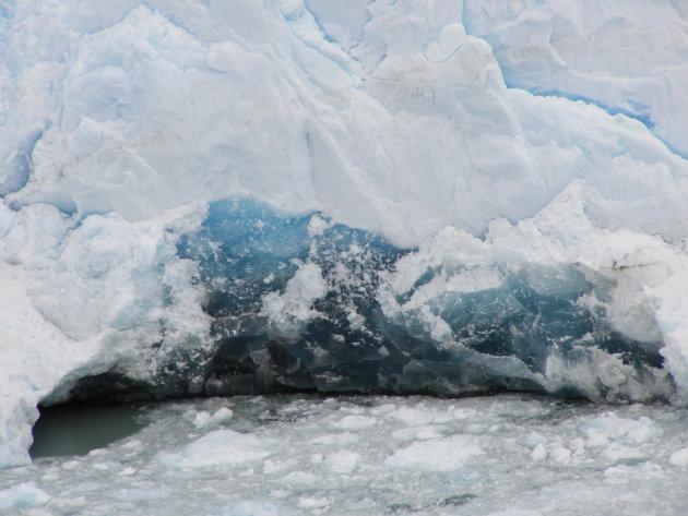 IJsblauw aan de voet van de Perito Moreno