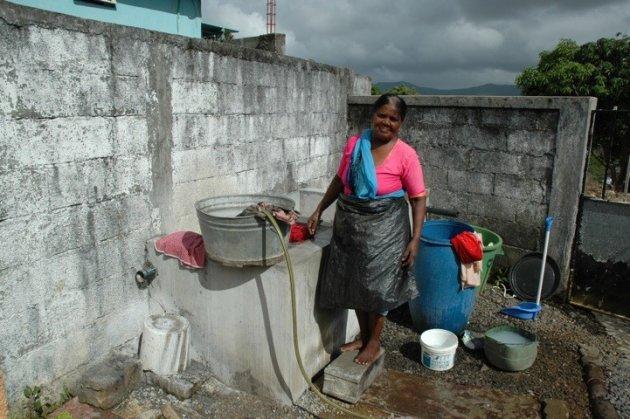 vrouw doet de was