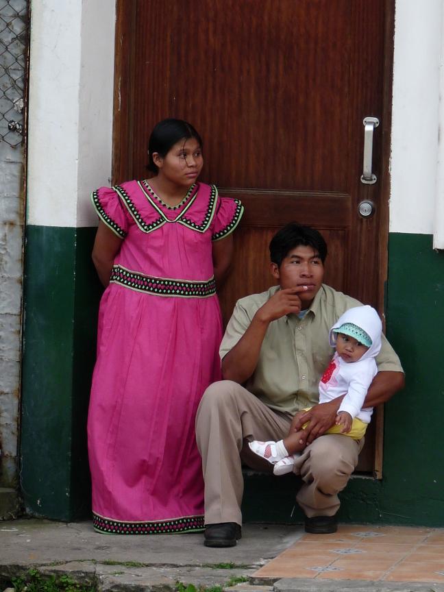 Ngobe Buglé-gezin kijkt naar optocht