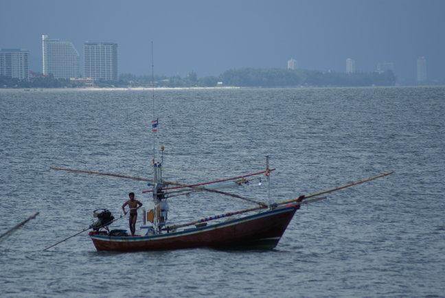 Vissersboot voor de kust