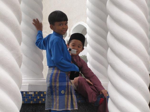 Spelende kinderen bij de Moskee