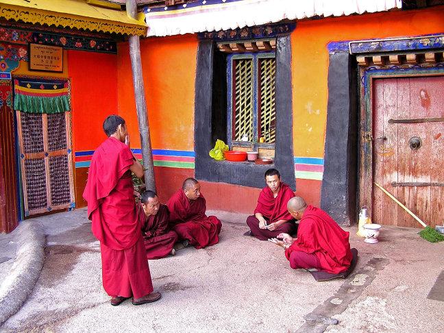 monniken krijgen onderricht