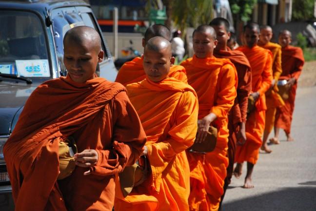 Monniken op weg voor hun aalmoes