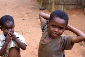 Verlegen kids in Chief Mukuni's Village