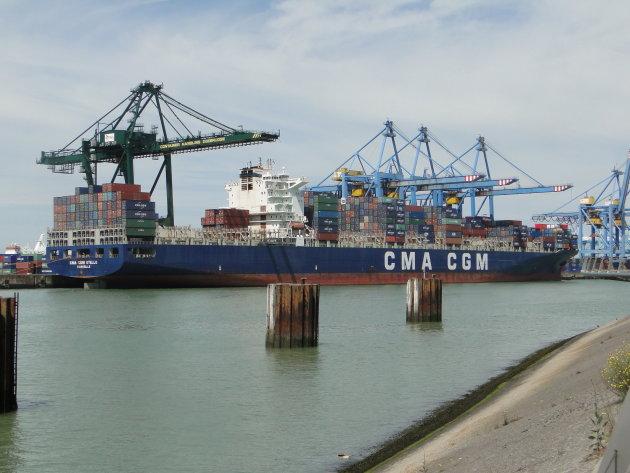 Lossen van Containerschip in haven van Zeebrugge