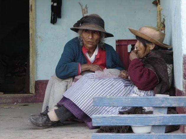 Peruaanse vrouwen tijdens een familiefeest