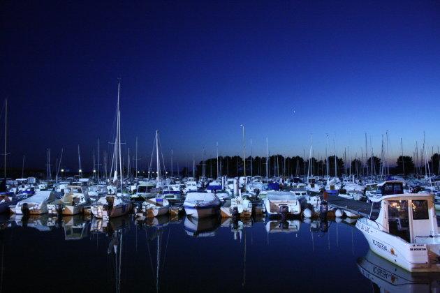De haven van Hourtin-Port na zonsondergang