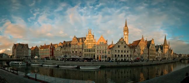 Een panoramafoto van de Graslei in Gent, Belgie