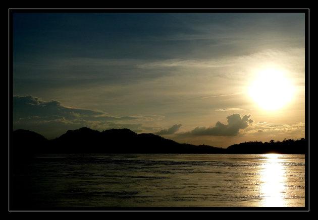 Zonsondergang langs de Mekong in Laos