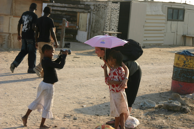 Fotograferend kind in township