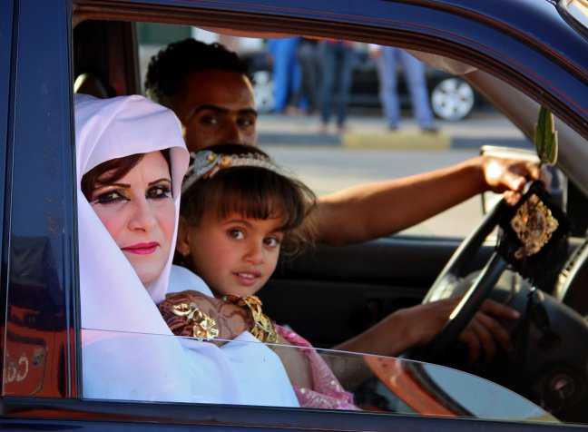 Rit door Noord Libie, naast mij stopt deze auto