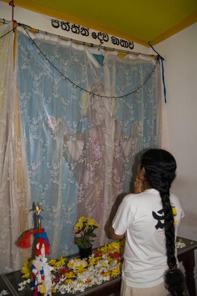 bidden tot de godin van de vruchtbaarheid tijdens volle maan ceremonie