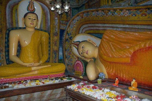zittende en liggende boeddha ambalangoda