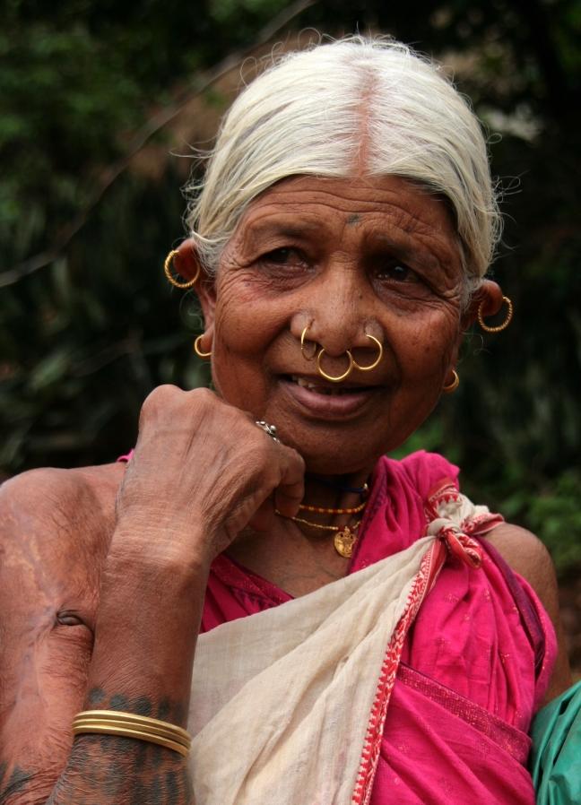 vrouw met neus- en oorringen