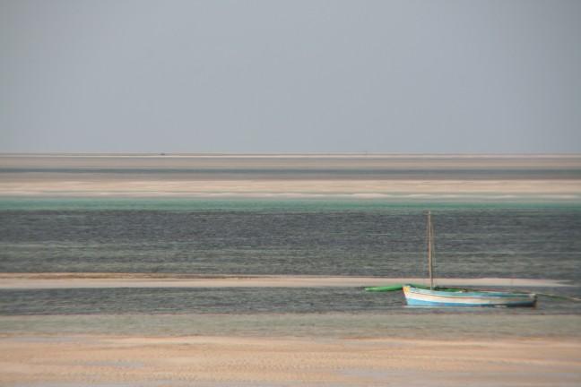 vissers bootje wachtend op hoog water