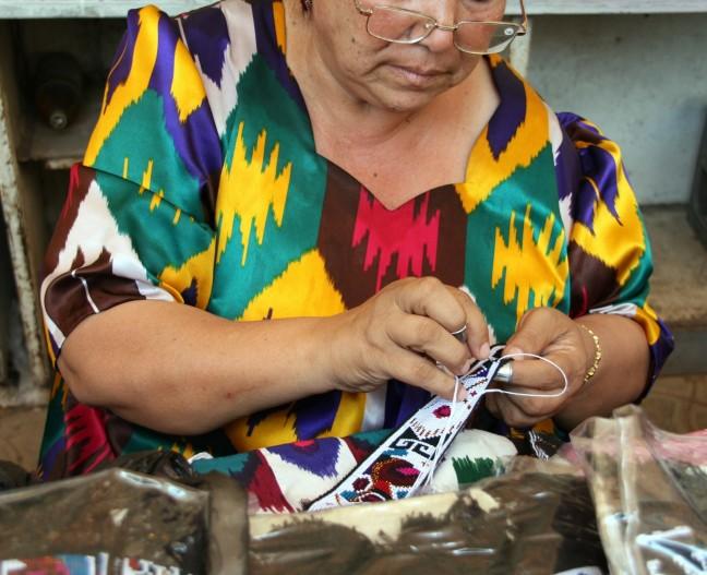vrouw aan het borduren
