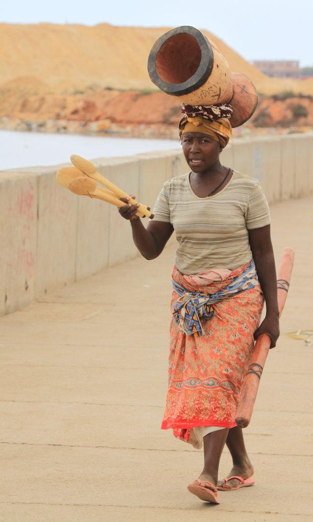 Angolese dame met vijzel en keukengerei