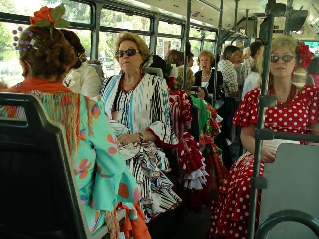 Vrouwen in de bus op weg naar het feest