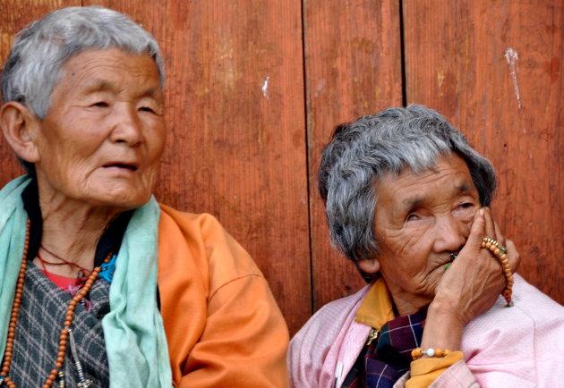 vrouwen met gebedsmolen
