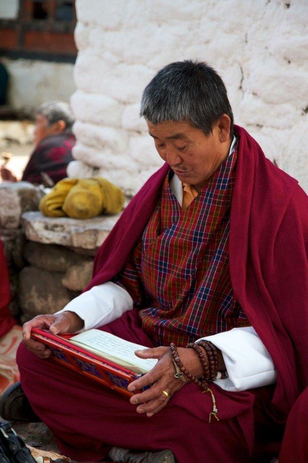 Mediterende Bhutanees bij de Kyichu Lhakhang tempel
