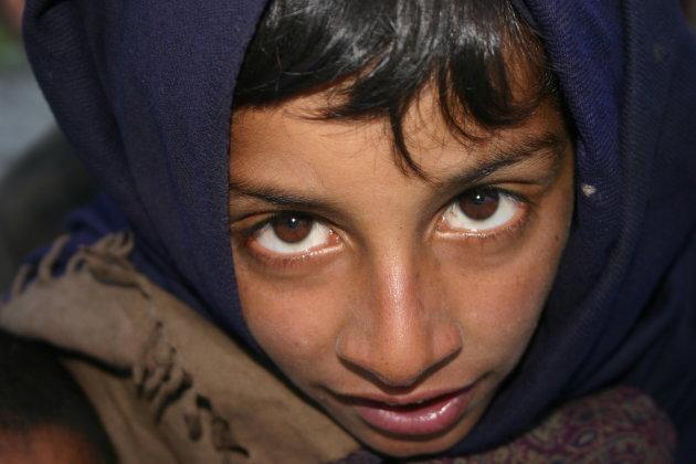 Jongen op de grens tussen Kashmir en Ladakg in de buurt van Kargil