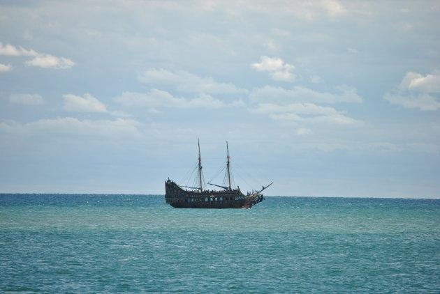 Een toeristisch piratenschip voor de kust van Sousse, Tunesië