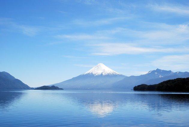 Vulkaanspiegeling in water