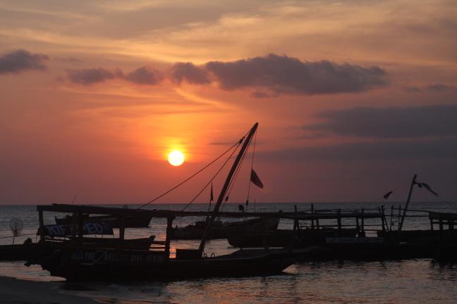 Zonsondergang aan zee bij Stone Town Zanzibar