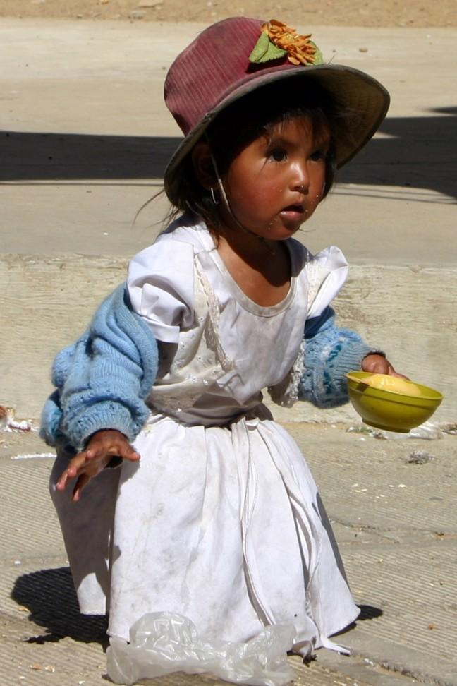 meisje op de zondagsmarkt van Trabuco