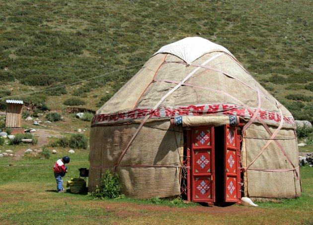 Yurt met roestbruine deur