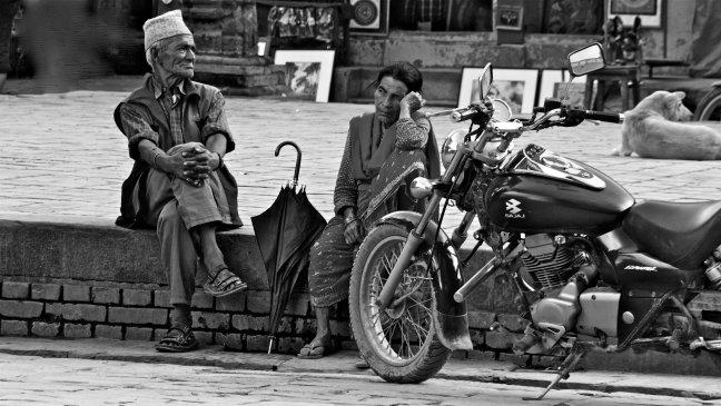 bejaard paar met motor