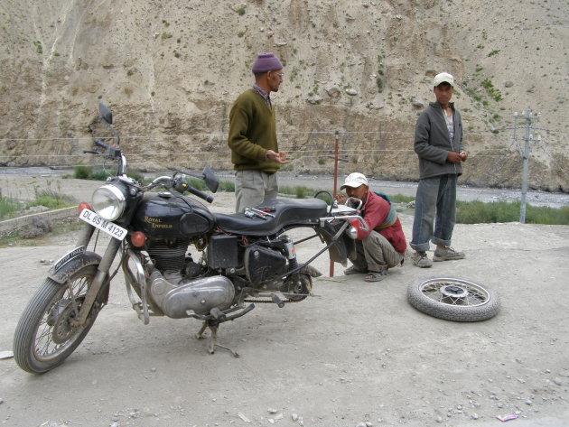 Lekke band in de Himalaya