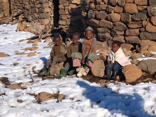 Lokale kindjes in sneeuw en kou van Lesotho