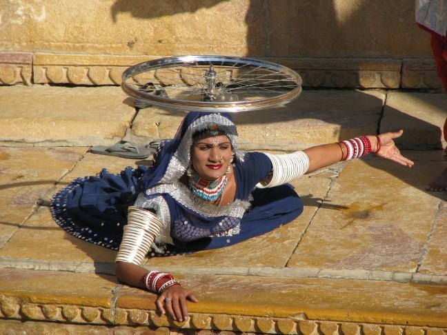 Travestiet geeft een voorstelling in het fort van Jaisalmer