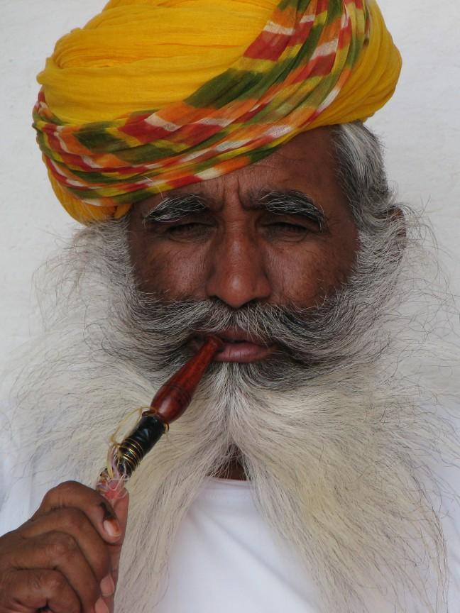 Man met waterpijp in het Umaid Bhavan Paleis van Jodhpur