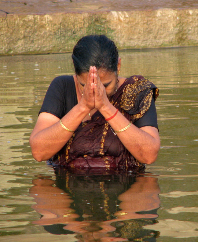 Badend in de Ganges in Varanasi