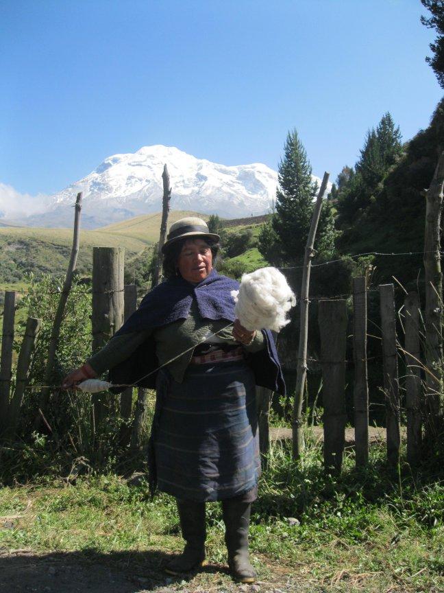 Vrouw spint wol, onderwijl lopend door het gebied rond de Chimborazo.