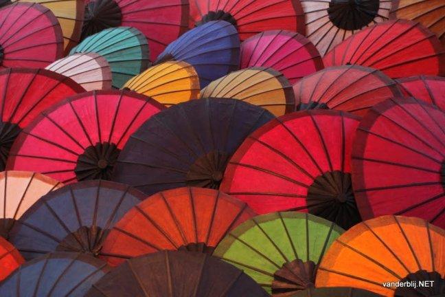 Parasols op de markt in Luang Prabang