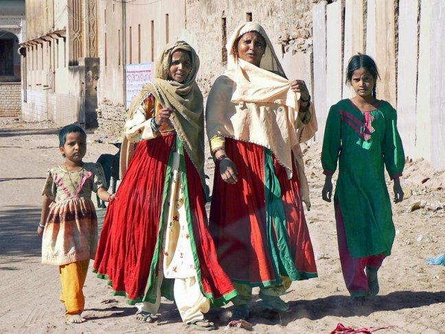 4 kleurrijke dames in Bikaner