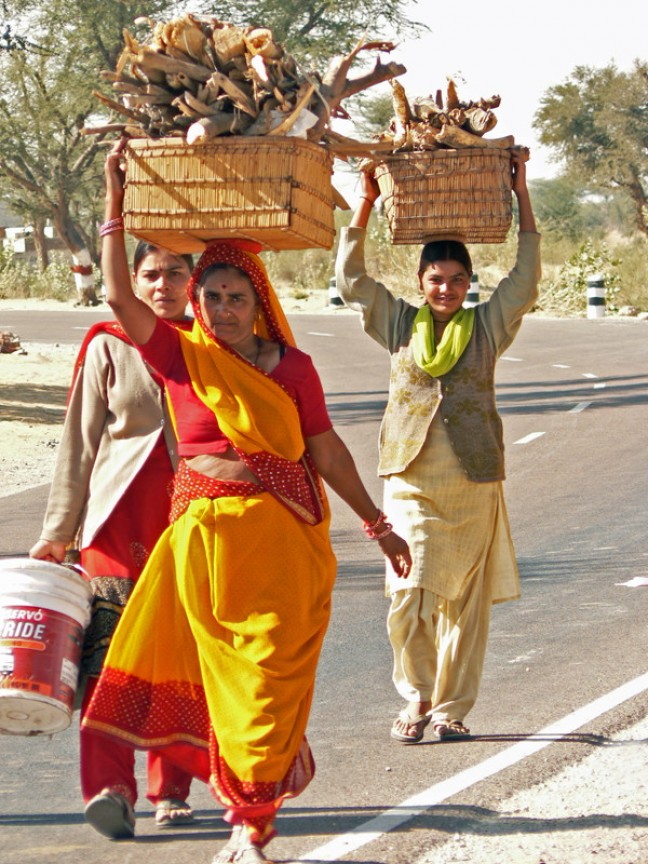 Indiase vrouwen met kachelhout